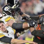 Un jugador de la NFL le arranca el casco a un rival y lo golpea con él en la cabeza en una brutal pelea en pleno partido