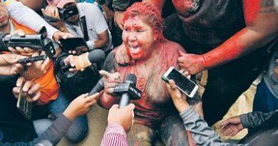 Una turba incendia un ayuntamiento y arrastra a alcaldesa por las calles