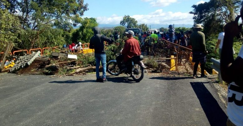 Residentes Tábara Abajo bloquean tramo carretero en demanda asfaltado calle