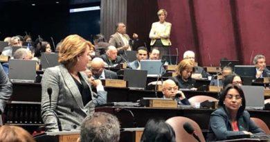 VERGÜENZA: Bajo protesta y caos de legisladoras, diputados aprueban Presupuesto en primera discusión