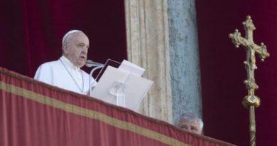 Papa emite mensaje navideño de esperanza contra la oscuridad