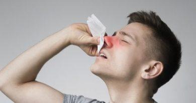 ATENCIÓN: Pólipos en la nariz: síntomas, causas y tratamiento Los pólipos en la nariz son masas blandas, similares a pequeños sacos, que crecen en el revestimiento de la nariz o en los senos nasales.Esta afección se presenta con mayor frecuencia en las personas adultasy solo muy rara vez en los niños menores de 10 años. Se estima que los pólipos en la nariz aparecen en un segmento de entre el 1 y el 5 % de la población.Afectan más o menos por igual a hombres y mujeres, aunque su incidencia es ligeramente mayor en los varones.Lo más habitual es que se presenten en personas de entre 30 y 40 años. Esta enfermedad se considera como una variante de la sinusitis, más exactamente de la sinusitis polipoidea.El tamaño de los pólipos en la nariz es muy variado: pueden ser muy pequeños o alcanzar un gran volumen.En algunos casos no causan mayor problema, pero en otros generan obstrucción de la vía aérea nasal. ¿Qué son los pólipos en la nariz? Los pólipos nasales aparecen en el interior de las fosas nasales y, en general, se les considera lesiones benignas. Los pólipos en la nariz son formaciones de aspecto blanquecino, textura blanda y frecuentemente con forma de lágrima.Su apariencia es similar a la de una uva pelada sin semillas.Aparecen en el interior de las fosas nasales o de lossenos paranasales. Pueden ser únicos o múltiples. Se les considera lesiones benignas.A diferencia de los pólipos que aparecen en la vejiga o en el colon, los pólipos de la nariz no son tumores y suponen un mínimo riesgo de cáncer. Por lo general, obedecen a una inflamación crónica y, con frecuencia, se les relaciona con el asma, trastornos inmunitarios, alergias, etc. Estas formaciones aparecen cuando se hipertrofia la mucosa naturalque está presente en las fosas nasaleso en los senos paranasales. En esos casos, la mucosa crece y se llena de un líquido espeso. Poco a poco esa acumulación va tomando forma y configura los pólipos. A esa condición se le llama poliposis nasal. Lee también:¿Cómo tratar