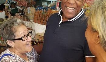 Johnny Ventura recorre instalaciones del mercado de Villa Consuelo