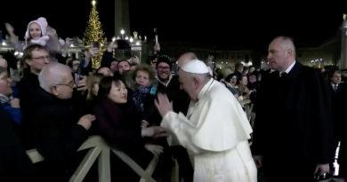 El papa Francisco pide perdón por dar un manotazo a la feligresa que le tiró con fuerza de la mano