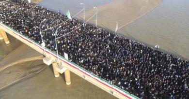 Las calles de Irán se vuelven negras al salir decenas de miles para despedirse de su héroe nacional Soleimani, matado por EE.UU.