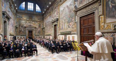 """El papa Francisco insta al """"diálogo y la moderación"""" entre EE.UU. e Irán para evitar un conflicto mayor"""