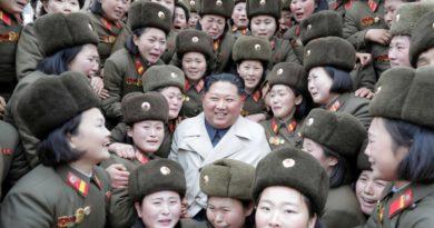 Kim Jong-un disfruta de la inusual actuación musical de una banda de mujeres militares que lloran de emoción