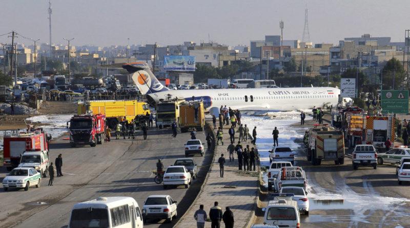 Avión iraní se sale de la pista tras aterrizar con 135 pasajeros a bordo y queda en medio de una calle