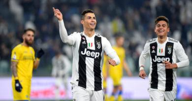 Cristiano Ronaldo 'besa' a un compañero de equipo en pleno partido y Twitter estalla