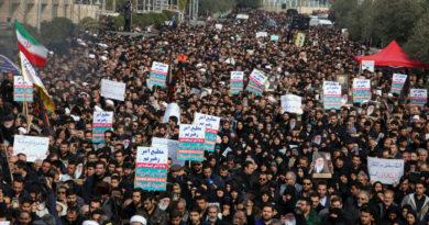 """Decenas de miles de iraníes marchan en repudio al asesinato del general Soleimani y claman """"muerte a EE.UU."""""""