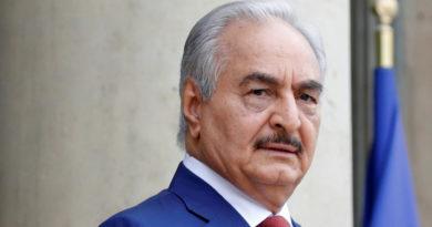 """El comandante libio Haftar rechaza la llamada al cese al fuego de Putin y Erdogan Jalifa Haftar, jefe del Ejército Nacional Libio (LNA, por sus siglas en inglés), seguirá con laofensivacontra las fuerzas del Gobierno de Acuerdo Nacional (GAN) de Fayez al Sarraj en Trípoli, que cuenta con el apoyo de la ONU y es considerado por las fuerzas de Haftar como """"una coalición deextremistas islamistasy milicias leales a losHermanos Musulmanes"""". El comandante del Ejército Nacional Libio, que controla la mayor parte del país,ha rechazadooficialmente este jueves """"cualquier cese al fuego"""", descartando de esta manera el llamamiento de Vladímir Putin y el presidente de Turquía, Recep Tayyip Erdogan, del día anterior a que las partes en conflicto depongan las armas y cesen las hostilidades a partir de la medianoche del 12 de enero. Si bien el Gobierno de Acuerdo Nacional, creado en 2015 como órgano de transición, manifestó suapoyo totala cualquier intento de reanudar el proceso político y poner fin a la guerra civil, Haftar confía en un diálogo político solo después del desarme y arresto """"de todas las milicias y terroristas"""". ¿Quién es quién en el conflicto? Desde el derrocamiento de Muammar Gaddafi en 2011 y la intervención militar extranjera, en Libia se generóuna dualidad de poderes. El Gobierno de Acuerdo Nacional, creado en 2015 como órgano de transición y respaldado por la ONU, tiene bajo su control Trípoli y partes del noroeste del país. En la mayor parte de Libia gobierna laCámara de Representantesde Libia, que opera desde 2014 con sede en la ciudad de Tobruk y a la que apoya Haftar. M.LNA@LNA2019M Map Update. Red= #HoR ( democratically elected parliament ) #LNA Libyan National Army. Green = #GNA ( A coalition of #Islamist_extremists and #militia loyal to the #Muslim_Brotherhood ) Blue = local militia and gangs chased and hunted in the Sahara. 176 5:02 - 7 ene. 2020 Información y privacidad de Twitter Ads 92 personas están hablando de esto El Gobierno de Tobruk fue reconoci"""