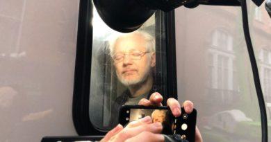 Graban a Assange en un furgón a su salida de un tribunal en Londres tras una audiencia sobre su extradicción a EE.UU.