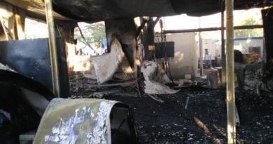 ATENCIÓN: Turba de haitianos incendia cuartel policial en Anse-a-Pitre