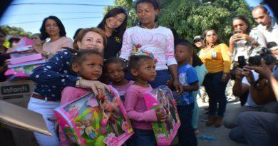 Lucía Medina entrega juguetes a niños de escasos recursos en SJM
