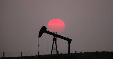Los precios del petróleo se disparan más de 4,5 % tras el ataque de Irán a bases estadounidenses en Irak