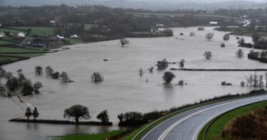 ALERTA DE TORMENTA DENNIS :En Reino Unido, el ciclón dejó 3 muertos, mientras que decenas de miles de europeos se quedaron sin electricidad.