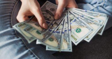 El dólar alcanza por primera vez el listón de 4.40 reales en Brasil