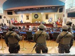 """El presidente de El Salvador instala una """"sesión extraordinaria"""" en el Parlamento con presencia de militares"""