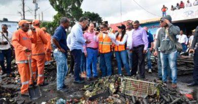 Gobierno evalúa daños causados por incendio a mercado de La Vega