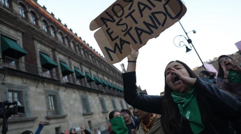 """""""López Obrador feminicida"""", gritan mujeres mexicanas desde Palacio Nacional"""