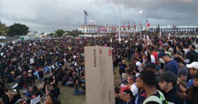 Se incrementa el número de manifestantes en la Plaza de la Bandera
