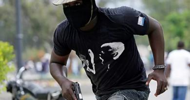 Al menos dos muertos dejaron enfrentamientos entre policías y militares en Haití