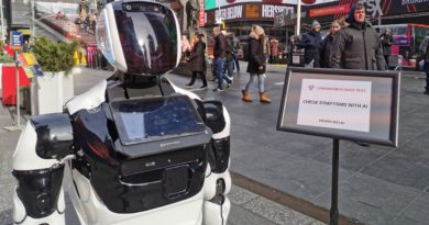 Un robot sorprende transeúntes con exámenes de coronavirus en calles de Nueva York y distribuye máscaras