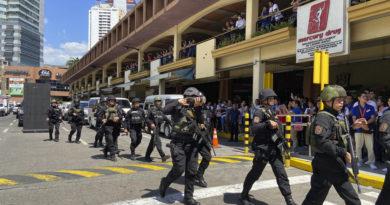 Un hombre armado toma múltiples rehenes en un centro comercial de la capital filipina