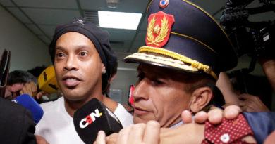 Doble de Ronaldinho se jacta del aumento de sus ganancias tras la detención del exfutbolista