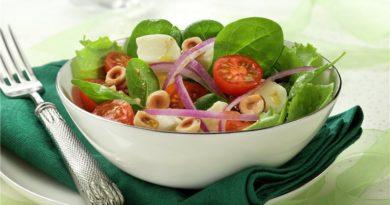 Ensalada de brotes, tomatitos y mozzarella