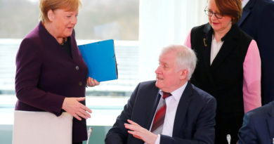 Ministro alemán evita darle la mano a Merkel en medio del brote del coronavirus