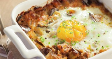 Huevos al plato con berenjena y tomate