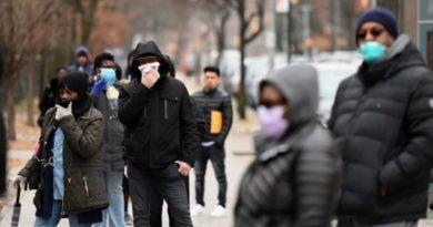 Personas desafían la lluvia y hacen cola fuera de hospitales de NY para prueba de coronavirus