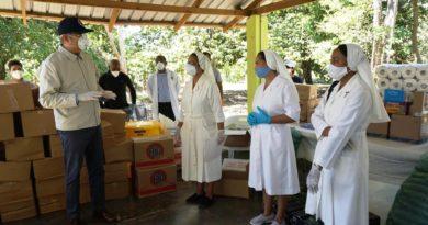 Abinader realiza donación a 10 iglesias y centros médicos de Haina, Nigua y San Cristóbal