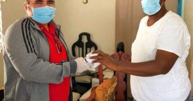 Víctor Pavón entrega vitaminas a comunitarios y a envejecientes de SDN