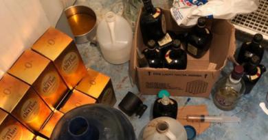 Decomisan 15 tanques de bebidas adulteradas y 7,615 unidades de cigarrillos falsificados