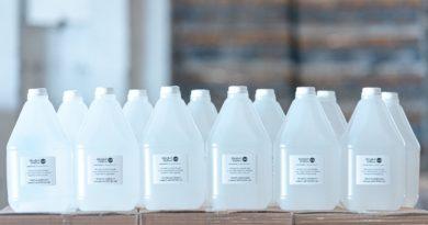 Hospitales y centros públicos comienzan a recibir 150 mil litros de alcohol donados por Casa Brugal