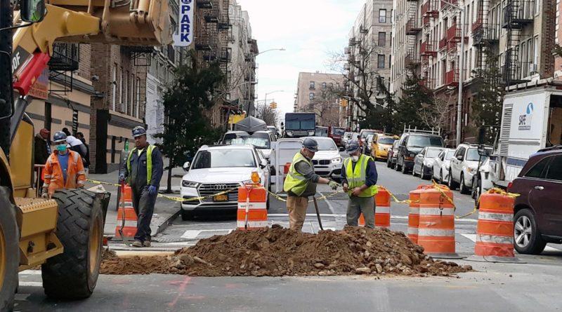 Obras de construcción no se detienen en medio de la pandemia con trabajadores laborando sin protección