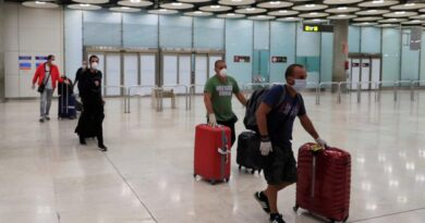 La CE recomienda reabrir fronteras y ayudar al turismo
