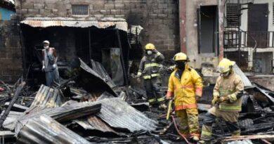 Fuego en casas bajo el teleférico arrasó con un salón de belleza y dos viviendas