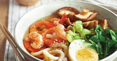 Ramen con udon, shiitakes, huevo y langostinos