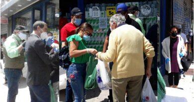 Jóvenes dominicanos solidarios se unen para distribuir comida a cientos de pobres en Alto Manhattan