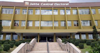 JCE dispone que los votantes acudan a los recintos con mascarillas