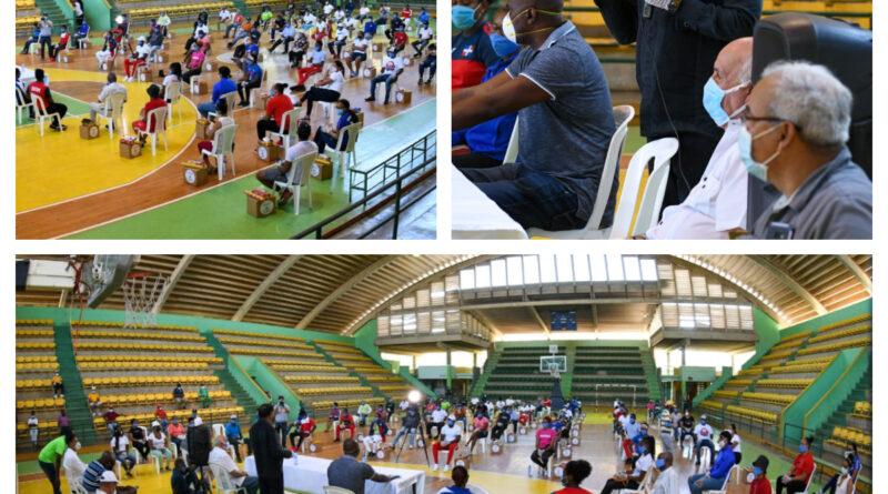 Ministro entrega ayuda a unos 90 deportistas en San Pedro