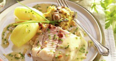 Merluza con salsa de cava y patatas