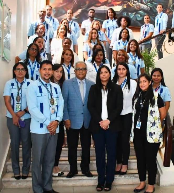 Ministro de Salud y empleados posan en foto grupal sin mascarillas ni distanciamiento