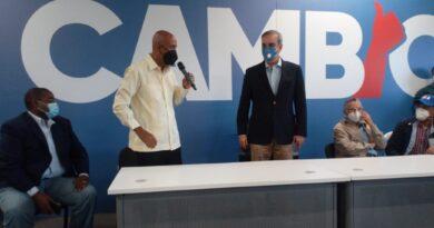 Ex Vice Ministro de Obras Públicas y ganador de un récord mundial Guinness Manuel Tejada deja atrás PRD y se juramenta con Luis Abinader