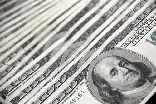 """La FED prevé apoyo monetario por largo tiempo ante """"considerables riesgos"""""""
