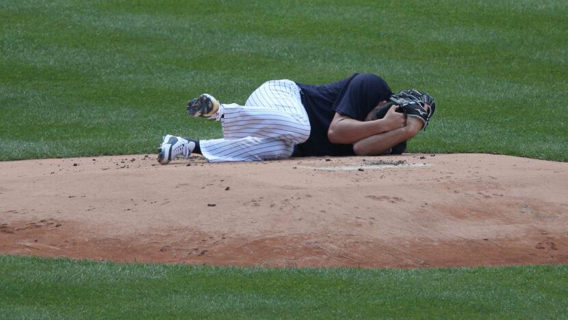 Momento en el que un lanzador de los Yankees es golpeado en la cabeza por una pelota de béisbol y acaba hospitalizado