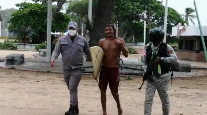PN detiene surfistas en playa de Güibia